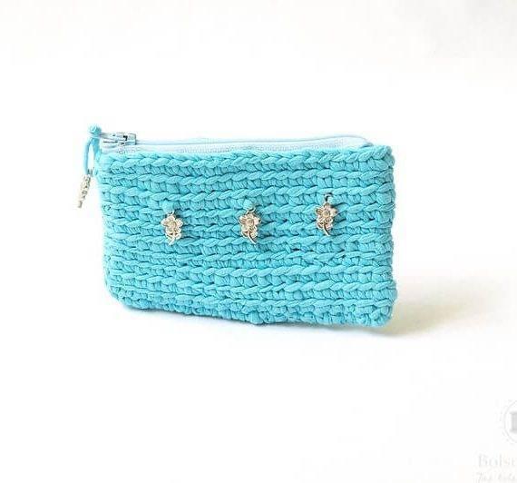 Monedero en tela azul tejido a crochet hecho a mano